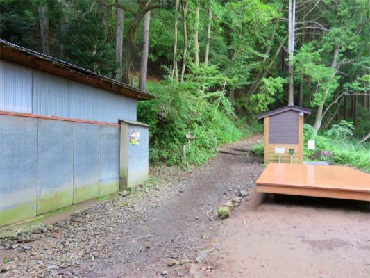 観音茶屋の正面大きなベンチ