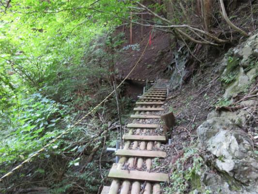 急斜面の登山道