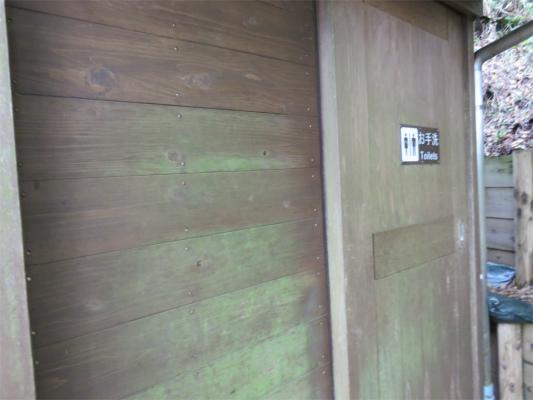 犬越路避難小屋のトイレ