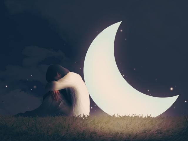 睡眠の悩み女性と月