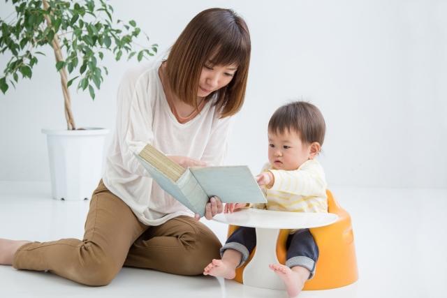母さんが赤ちゃんや子供に本を読んであげている光景