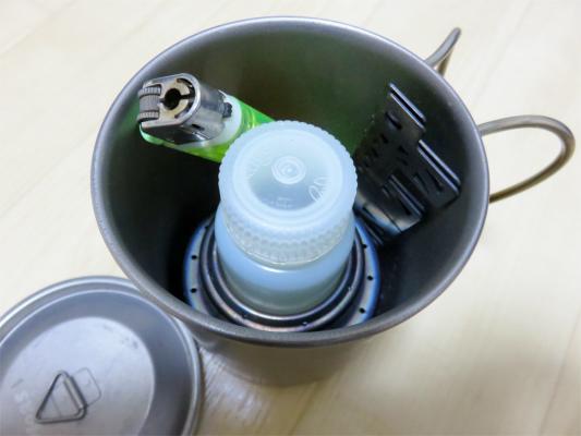 五徳や燃料(60mlボトル)ライターも収納