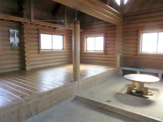三頭山避難小屋内部
