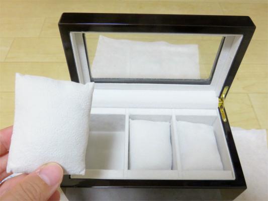 時計のベルトに挟むクッション綿が入った柔軟性のある物