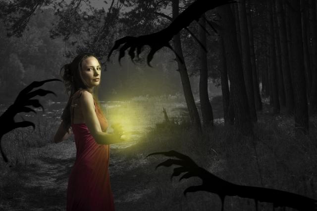 幽霊から逃げる女性