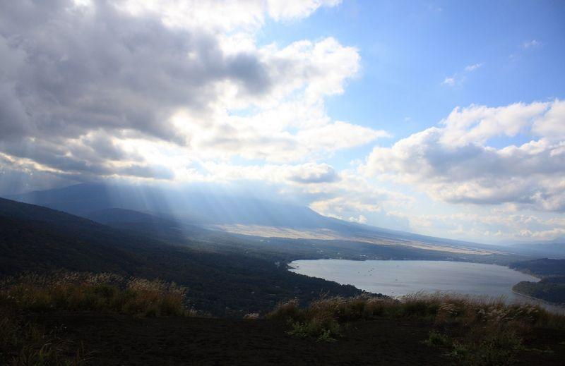 三国山ハイキングコース山中湖と富士山