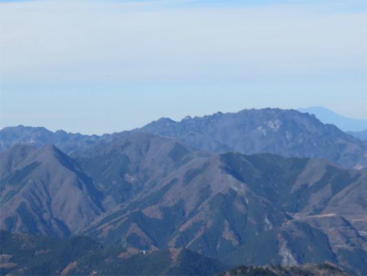ゴツゴツとした山が両神山