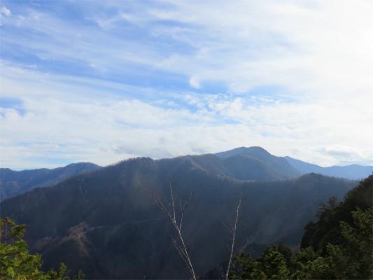 三峯神社奥宮(妙法ヶ岳)から見た霧藻ヶ峰方面