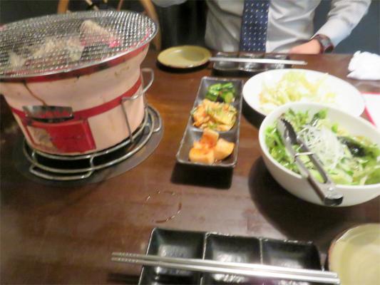 七輪とサラダ、キムチなどの前菜