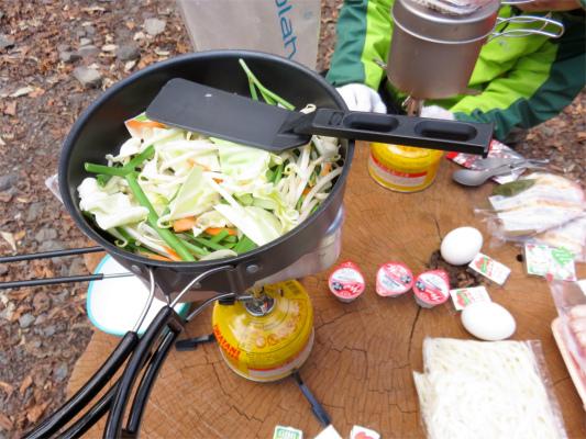 メスティン調理中蓋の上にフライパンを置いて同時に調理