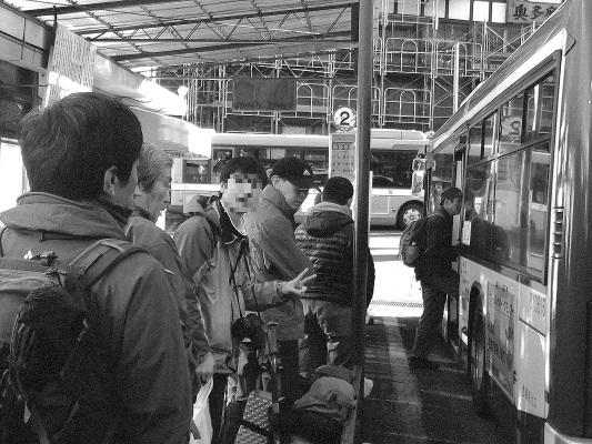 JR奥多摩駅のバス停モノクロ