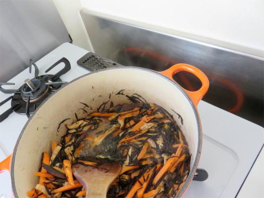 ひじきの煮物、煮始め