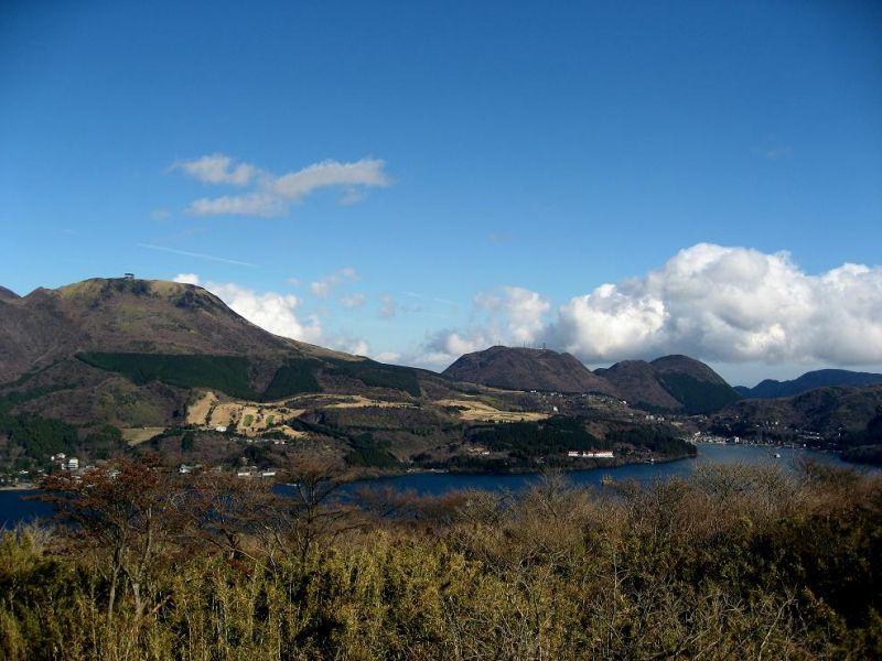 芦ノ湖と箱根の山並み