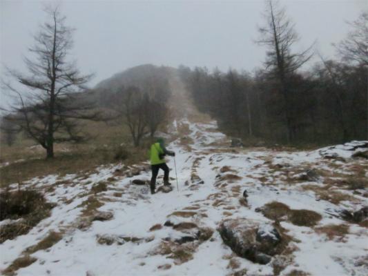 笠取山風が強く雪が降って