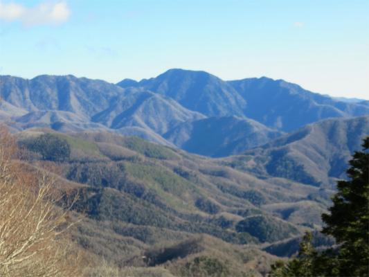 倉掛山の急登から見る奥秩父主脈縦走路