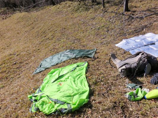 倉掛山の中腹でテントを乾かしつつ昼飯