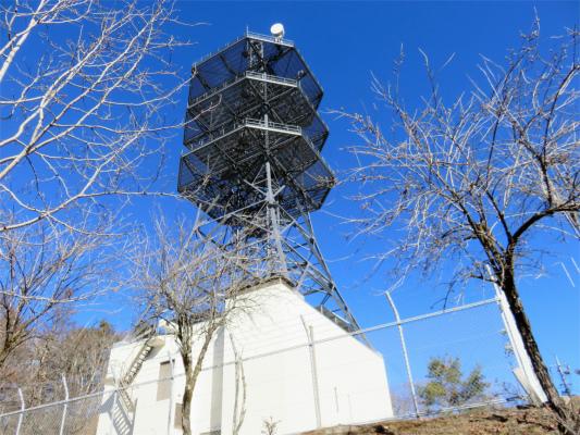 三窪高原に鎮座する電波塔