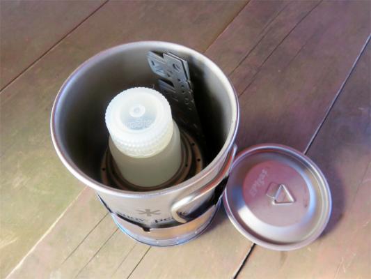 コールマンヒーターアタッチメント450mlのカップの中にエバニューのアルコールストーブと五徳、燃料60mlを収納