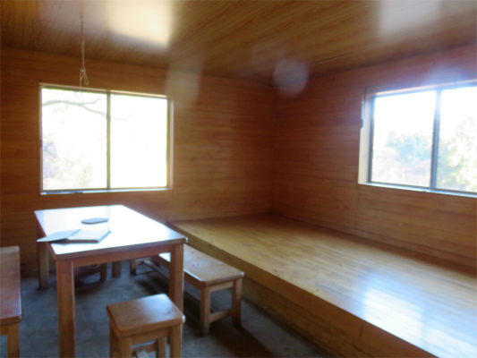 黍殻避難小屋中の様子