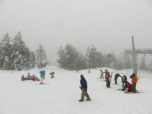スキー、スノーボーダーがたむろ