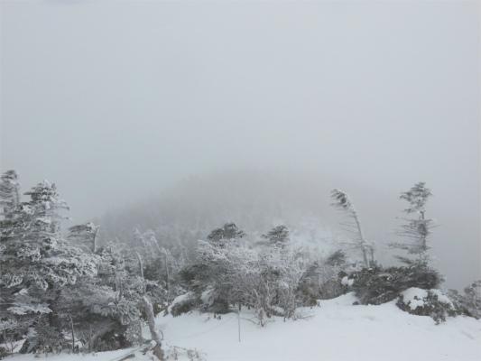 薄っすら見えている影が北横岳南峰