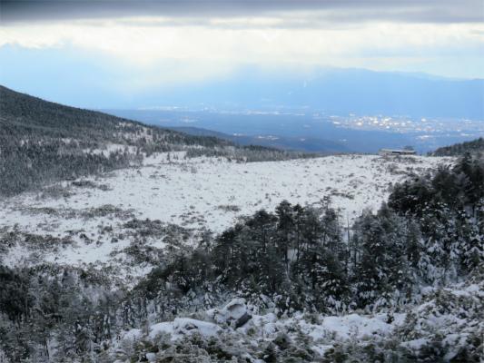 坪庭と縞枯山の稜線