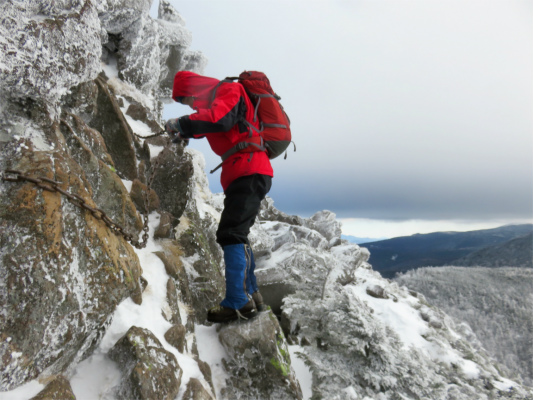 三ッ岳の山頂直下の鎖場