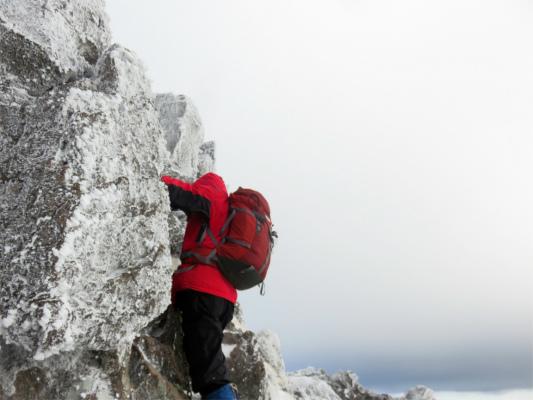 風が強く、岩が凍っていた三ッ岳