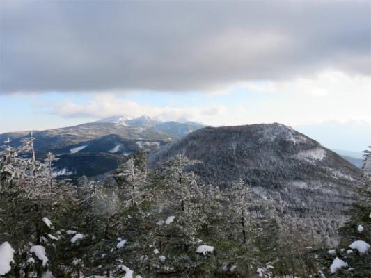 茶臼山で、中央奥に赤岳