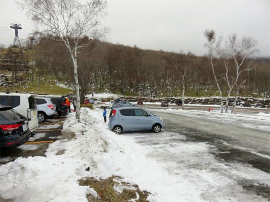 北八ヶ岳ロープウェイの山麓駅近くの駐車場は埋まっていた