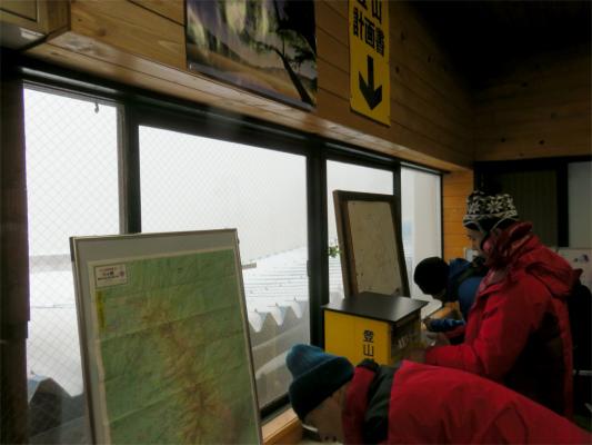 北八ヶ岳ロープウェイの山頂駅登山届を書いて提出できるスペース