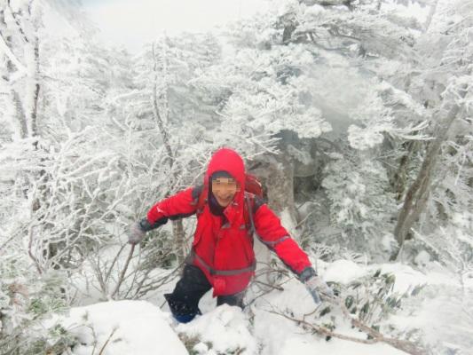 北横岳お鉢巡りの稜線と登山者