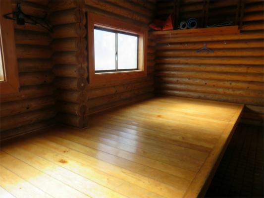 鷹ノ巣山避難小屋の内部