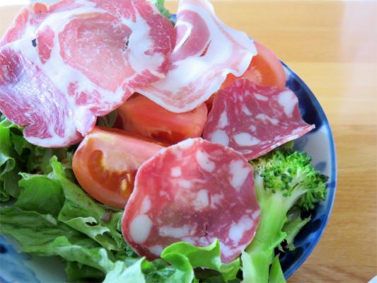 肉をめくるとトマト
