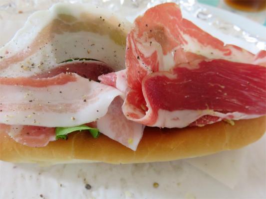 八ヶ岳の美味しハムでサンドイッチ