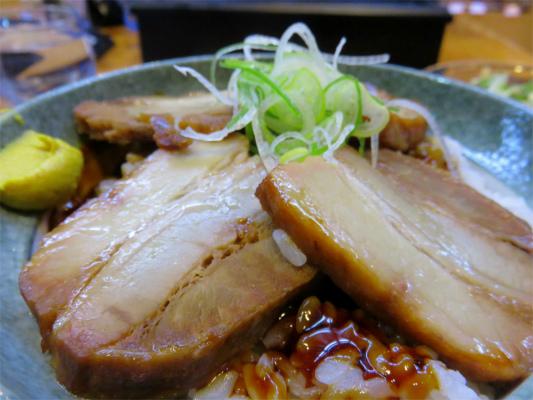 豚の角煮丼アップ