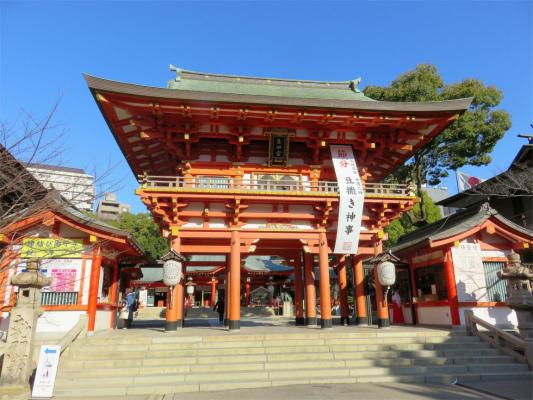 朱色と青空生田神社へ