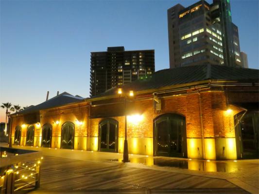 レンガ倉庫と神戸のベイエリアの景色