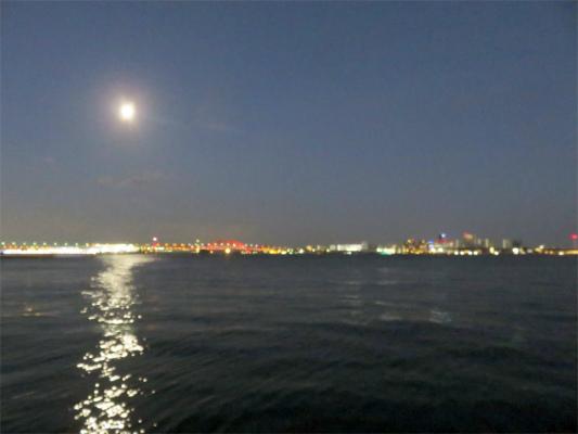 神戸ハーバーランドからの夜景と満月