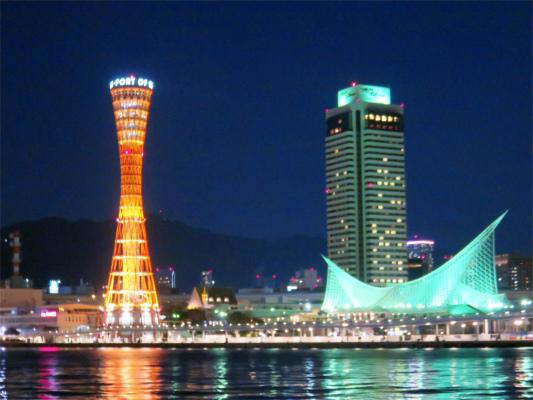 神戸ポートタワーと右手神戸海洋博物館夜景