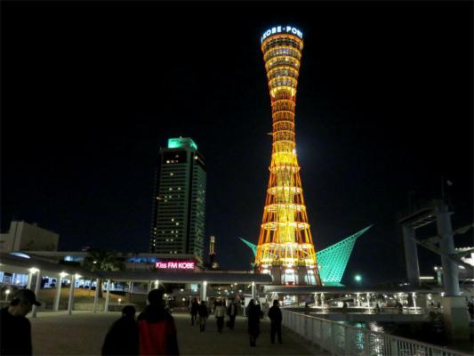 神戸ポートタワーの近く観光客やカップル、家族連れが多く