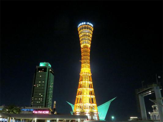 神戸ポートタワーの花が咲いたような構図の写真