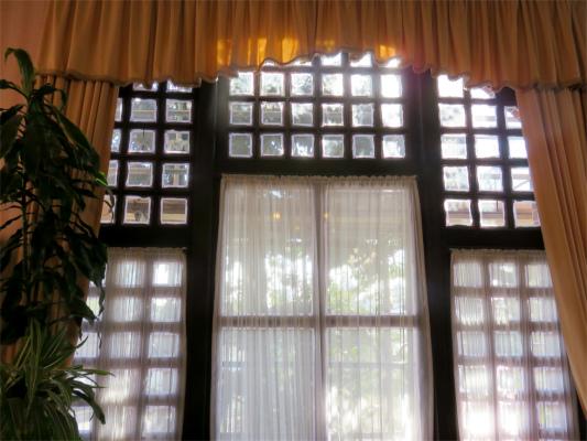 風見鶏の館の窓やカーテンもお洒落