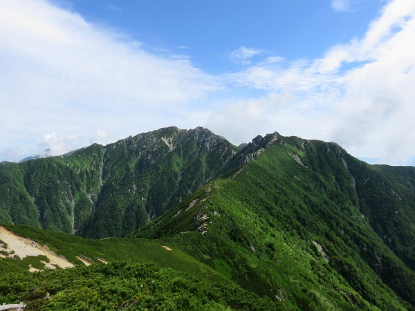 仙涯嶺への稜線山頂と山頂と南駒ヶ岳