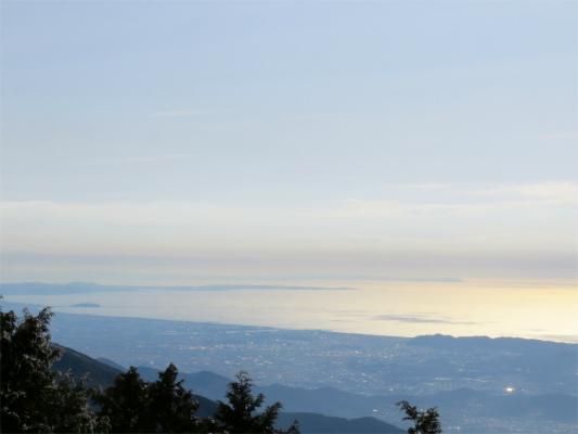 江の島に三浦半島、奥に見えているのが千葉