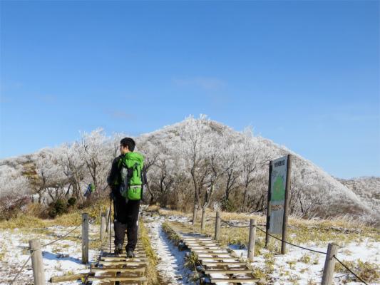 目指す塔ノ岳も霧氷で真っ白