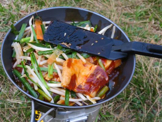 カット野菜を入れて焼肉を作る