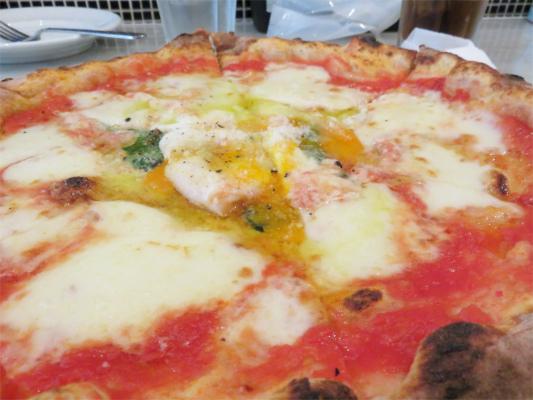 チーズのとろけ具合とトマトソース
