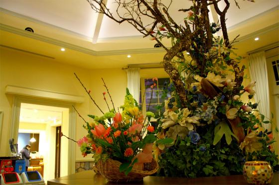 一色堂茶廊を彩る生け花