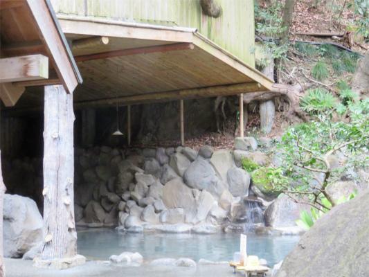 天山の露天風呂には屋根